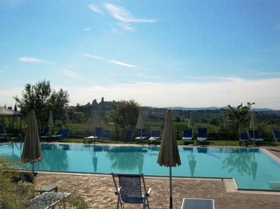 Villa Ducci: Piscina y San Gimignano