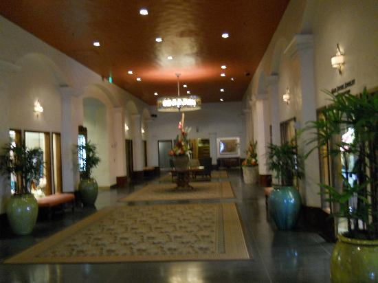 The Royal Hawaiian, A Luxury Collection Resort, Waikiki: The main lobby hall.