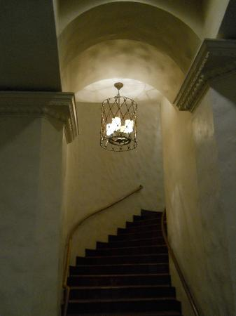 The Royal Hawaiian, A Luxury Collection Resort, Waikiki: Castle-like stairwell from the main lobby.