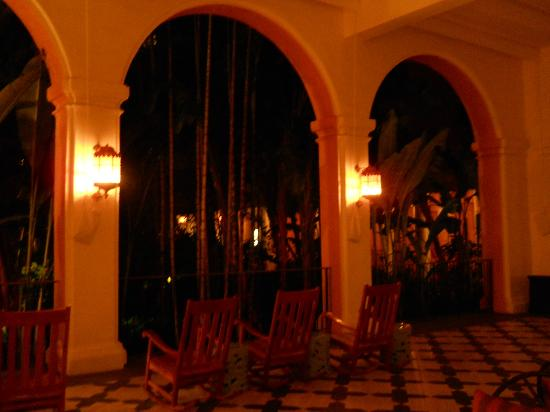 The Royal Hawaiian, a Luxury Collection Resort: Coconut Grove loggia at night.