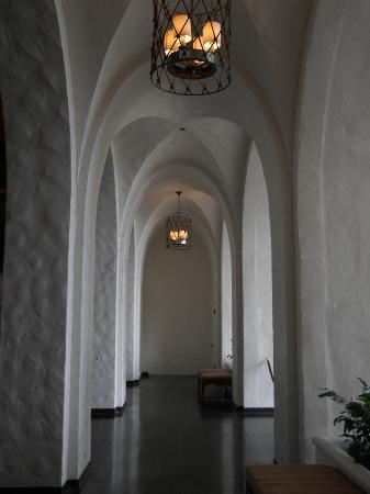 The Royal Hawaiian, a Luxury Collection Resort: Castle-like corridor between the 2 lobby halls.