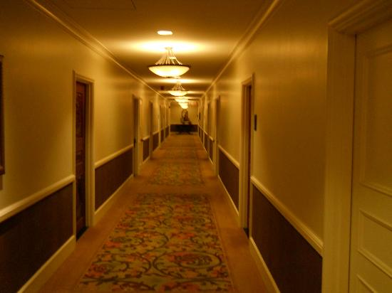 The Royal Hawaiian, A Luxury Collection Resort, Waikiki: Elegantly appointed corridors.