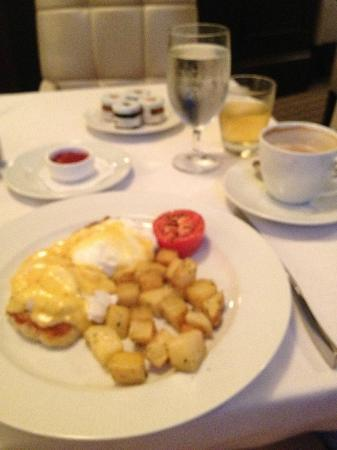 Mandarin Oriental, Atlanta: Eggs Benedict on Crab Cakes