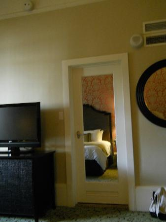 The Royal Hawaiian, a Luxury Collection Resort: Mirrored bathroom door, Rm. 340.