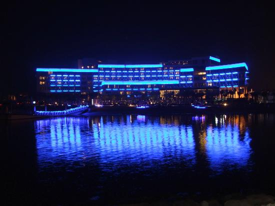 Rixos The Palm Dubai: nightviewing of the hotel from the promenade