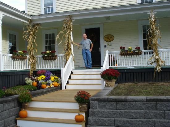 Ballard House Inn: Brian with his display of 'Mums' and pumpkins