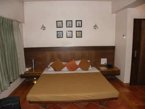 Chandralok Hotel: bed