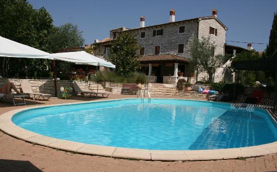 Kanfanar, Croácia: Dva Baladura - Sicht auf das Hotel vom Pool
