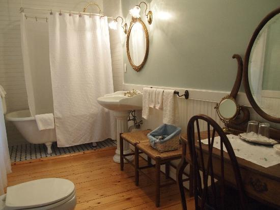 Victorian by the Sea: Victorian Suite- Bathroom