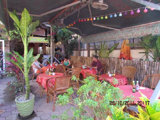 Angkor Voyage Villa: enjoy a meal in the garden