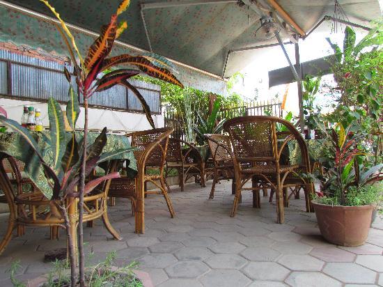 Angkor Voyage Villa: garden restaurant