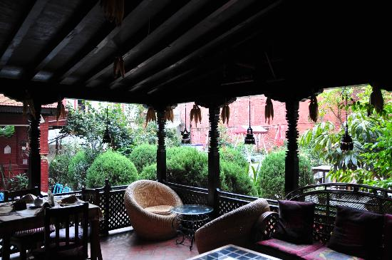Hotel Encounter Nepal: garden restaurant