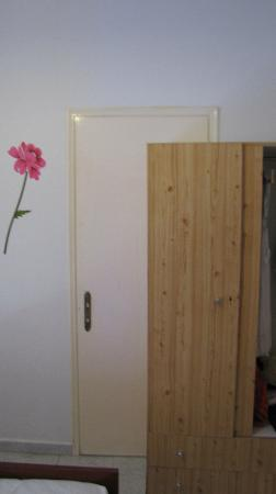 Hotel Athanasia: Interconnection door with the wardrobe in front of it