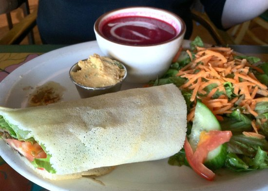 Annapurna's World Vegetarian Cafe: Beet soup with a veggie wrap