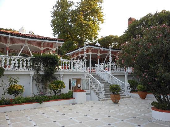 Merit Halki Palace: Vue de l'hôtel depuis la piscine