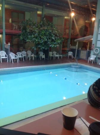 Comfort Inn Clifton Hill - Niagara Falls Hotel: the solarium and pool