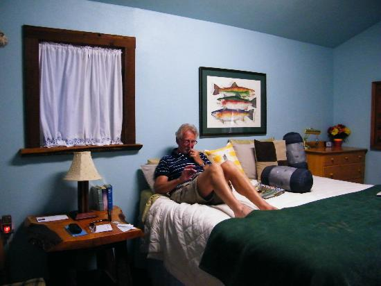 Huckleberry Lodge Cabins: Clean room and comfy bed.