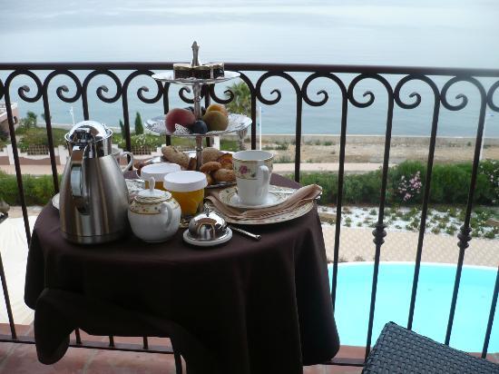 Demeure Loredana : le petit-déjeuner sur la terrasse face à la mer