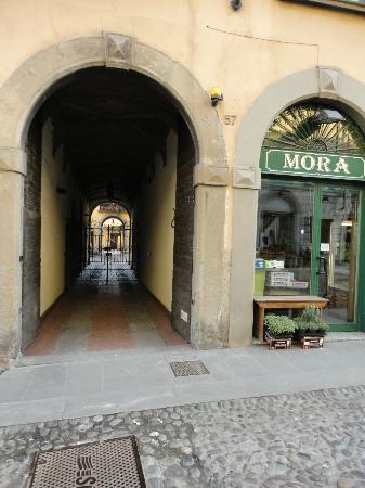 Ai Musei Bed & Breakfast: entrance on the street- entrata esterna