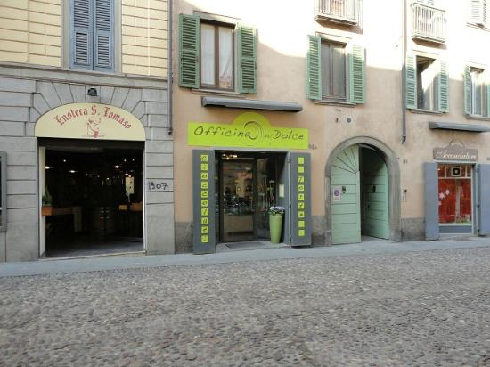 Ai Musei Bed & Breakfast : shops in front home