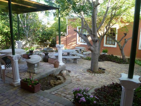 Van Rhyn Guest House: courtyard area