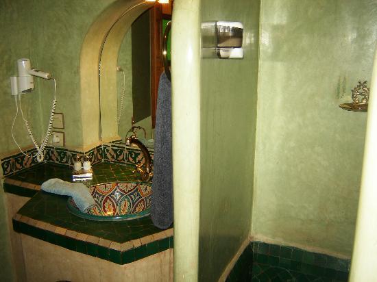 Riad Sadaka: Chambre leila : Salle de douche en tadelak vert,  vasque en porcelaine