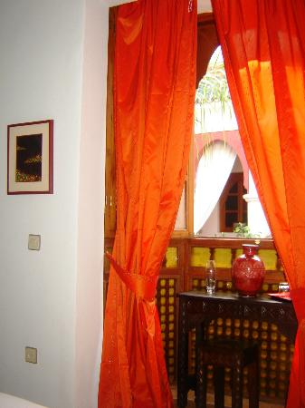 Riad Sadaka: Chambre Loubna:Petit bureau face au patio dans alcôve.