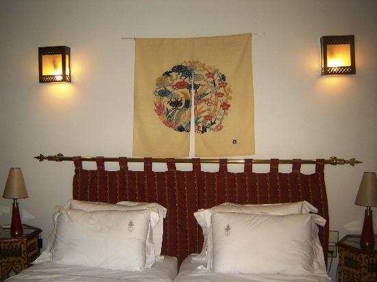 Riad Sadaka : Chambre Wafa : Située au 1er étage, cette chambre dans les tons gris clairs que rehausse la pend