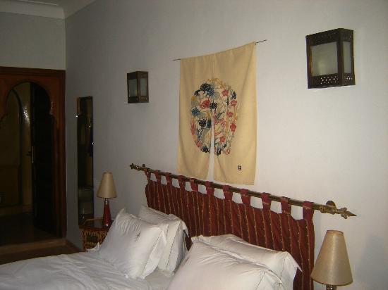 Riad Sadaka : Chambre Wafa :   Située au 1er étage, cette chambre dans les tons gris clairs que rehausse la pe