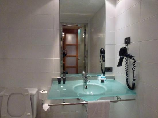 AC Hotel La Linea by Marriott: Bathroom equipment
