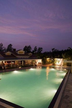 Kushalnagar, India: Pool side restaurant
