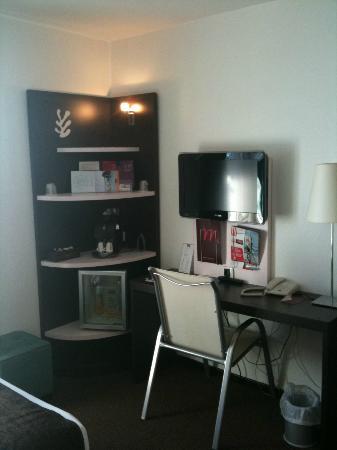 Mercure Hyeres Centre Hotel : Télé et coin bureau