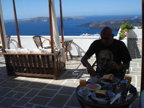 Kastro Suites Santorini: Enjoying breakfast