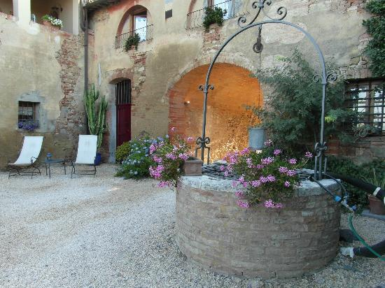 Agriturismo Marciano: fountain in the garden