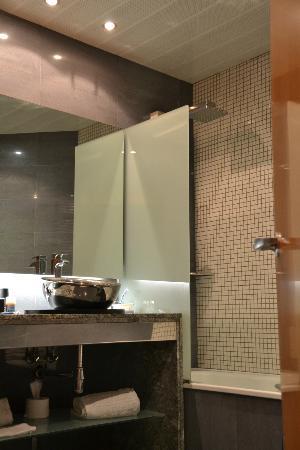 Sansi Pedralbes: amplio baño con ducha de hidromasaje y bañera (separadas)