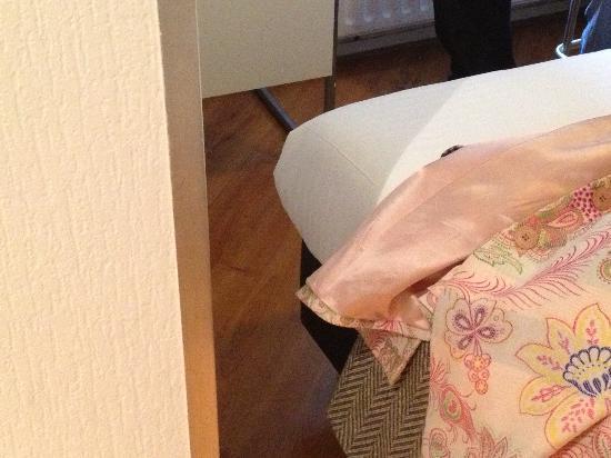 Hotel De la Bourse: De ruimte om te lopen tussen bed en muur
