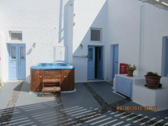 Nonis Apartments: the shared terrace with hottub