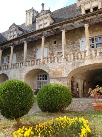 Château de Cénevières : La cour d'honneur et la galerie Renaissance au moment des crocus.