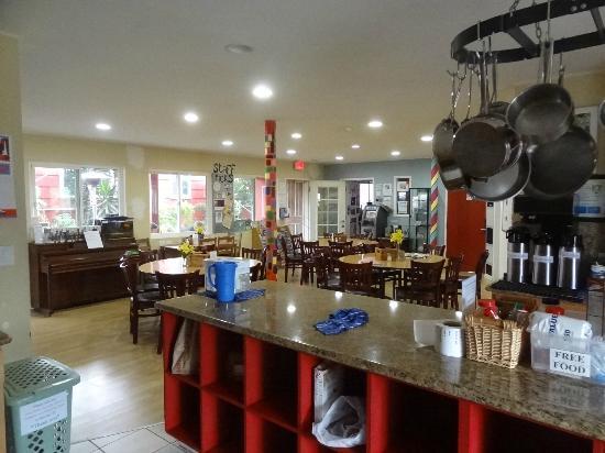 Hostelling International San Diego, Point Loma : kitchen and lobby