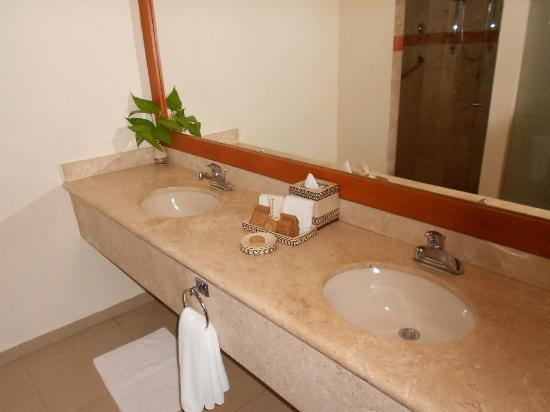 Sensimar Seaside Suites & Spa: His and hers sinks!