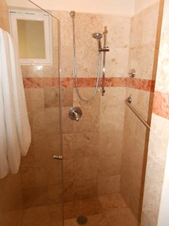 Sensimar Seaside Suites & Spa: Shower