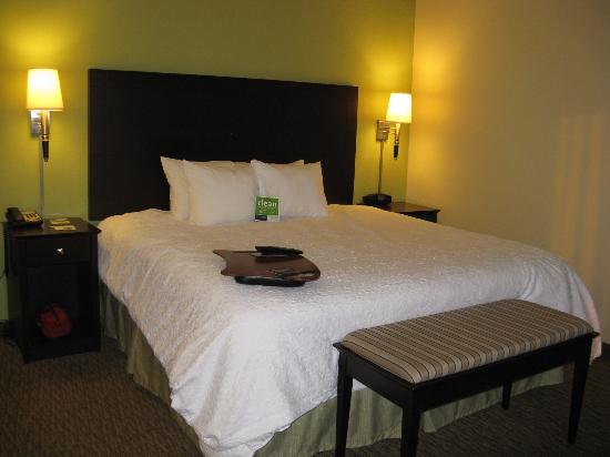 Hampton Inn Crossville : Crossville Hampton Inn King Bed