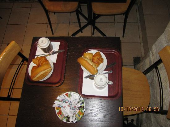 BEST WESTERN Hotel Le Montmartre Saint Pierre: Table laid for breakfast for 2