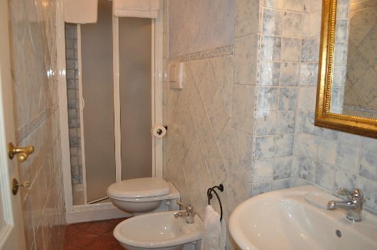 Antica Residenza Cicogna: bagno stanza della corte
