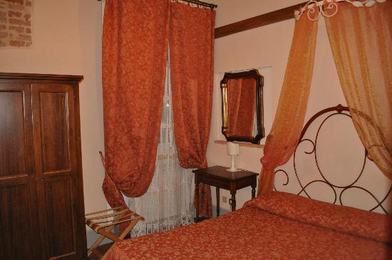 Antica Residenza Cicogna: stanza della corte