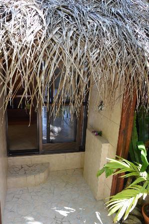 Doccia esterna nel giardino privato - Picture of Aitutaki Lagoon Resort & Spa, Aitutaki ...