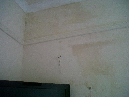 Hallgarth Manor Country Hotel & restaurant: damp wall
