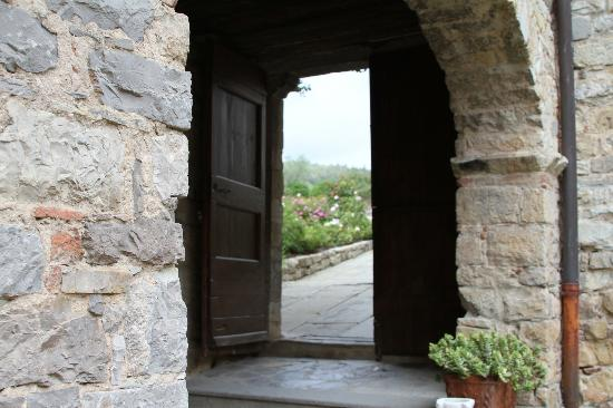 Castello di Spaltenna Exclusive Tuscan Resort & Spa: courtyard view to outside