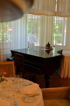 Villa Ammende : Piano room near the breakfast buffet