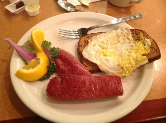 ‪هيلتون جاردن إن أنكوراج: Reindeer Sausage at breakfast at the HGI in Anchorage.